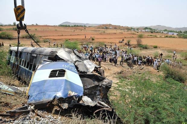 Guindaste levanta vagão do trem acidentado nesta terça-feira (22) na Índia (Foto: AFP)