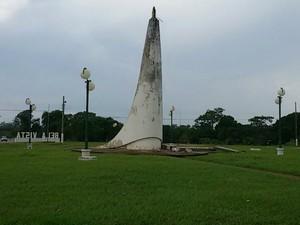 Vendaval quebra monumento e deixa Bela Vista, MS, sem energia elétrica (Foto: Hemerson Buiu/Top Notícia)