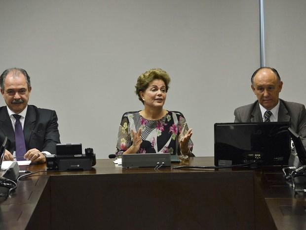 Entre os ministros Aloizio Mercadante (Casa Civil) e Pepe Vargas (Relações Institucionais), a presidente Dilma Rousseff recebe os líderes dos partidos da base do governo no Senado, no Palácio do Planalto, em Brasília (Foto: José Cruz/Agência Brasil)
