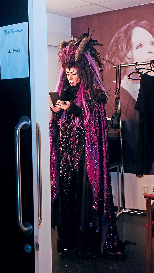"""Galisteu se veste no  Camarim Bibi Ferreira:  """"Amo a Bibi. Comecei no  teatro com ela, em 1999""""  (Foto:  )"""