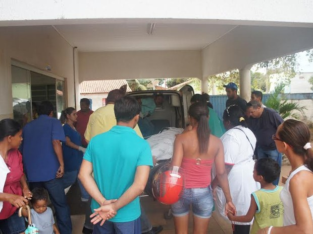 A notícia do acidente atraiu curiosos, que se aglomeraram em frente ao Posto de Saúde, em Pedro Afonso (Foto: Fred Alves/Centro-Norte Notícias)
