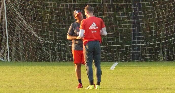Paulo Victor e Zé Ricardo conversam em treino do Flamengo (Foto: Richard Souza/GloboEsporte.com)