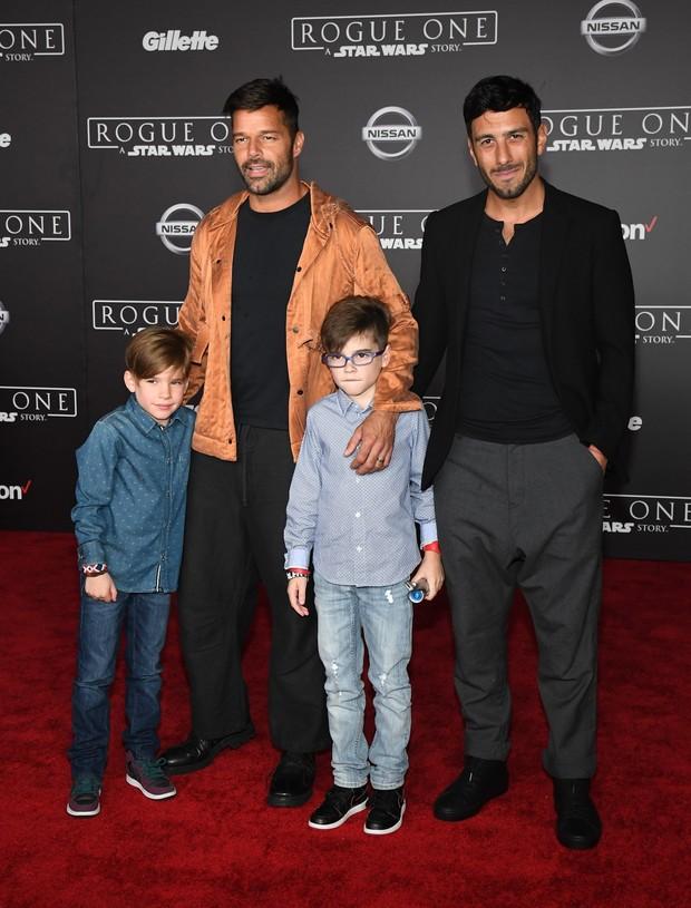 Ricky Martin com os filhos e o namorado (Foto: ETHAN MILLER / GETTY IMAGES NORTH AMERICA / AFP)
