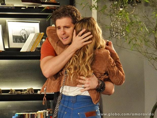 Niko consegue até abraçar a loira (Foto: Amor à Vida/TV Globo)