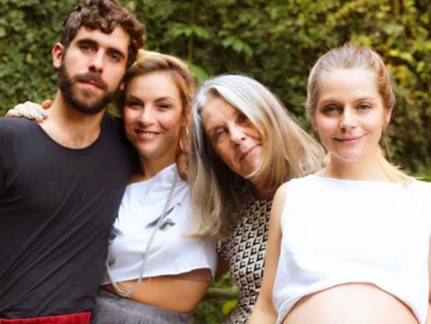 Vitória Frate com a família: a filhota Carolina na barriga, o irmão, Vinícius, a meia-irmã, Ana Markum, e a mãe, Diléa Frate (Foto: Reprodução Instagram)