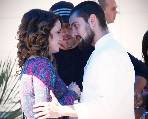 Cristina e Vicente se beijam  (Foto: Raphael Dias/TV Globo)