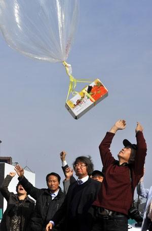 Miliantes sul-coreanos enviaram panfletos para a Coreia do Norte (Foto: Jung Yeon-Je/AFP)