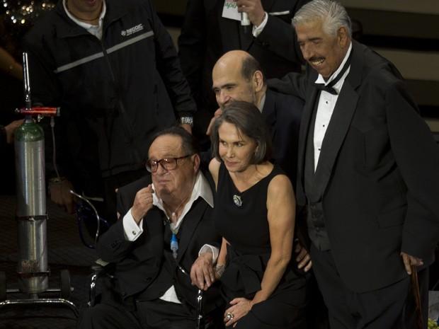 """Roberto Gómez Bolaños (sentado) e ex-atores de """"Chaves"""" participam de evento no México (Foto: AP/Eduardo Verdugo)"""