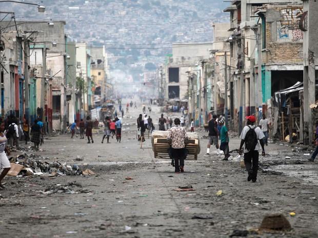 Pessoas caminham em uma das principais ruas comerciais durante um protesto contra o governo em Porto Príncipe, no Haiti (Foto: Andres Martinez Casares/Reuters)