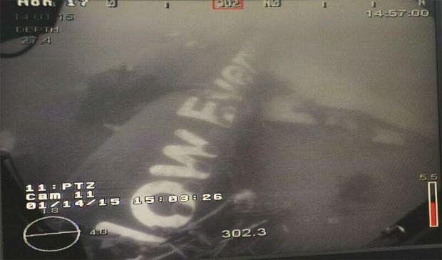 Imagem feita por veículo submarino mostra a principal parte da fuselagem do avião de AirAsia desaparecido no fundo do mar, encontrada nesta quarta pela Marinha de Cingapura (Foto: Reprodução/Facebook/ Ng Eng Hen - Defence Minister )