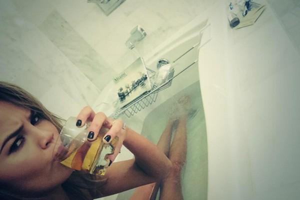 A modelo Chrissy Teigen mostrou que adora relaxar tomando uma bebida na banheira. (Foto: Reprodução/Instagram)