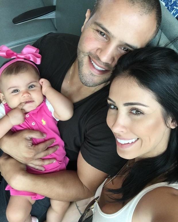 Bella Falconi com o marido e a filha (Foto: Reprodução/Instagram)