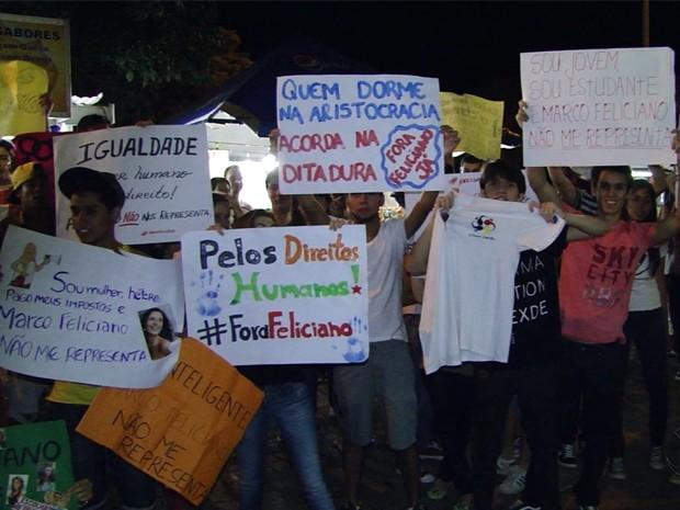 Feliciano é alvo de protestos em encontro evangélico em Passos, MG (Foto: Helder Almeida / Clic Folha)