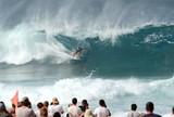 Brasileiro Alejo Muniz elimina lenda Slater em Pipeline ap�s tubo no fim