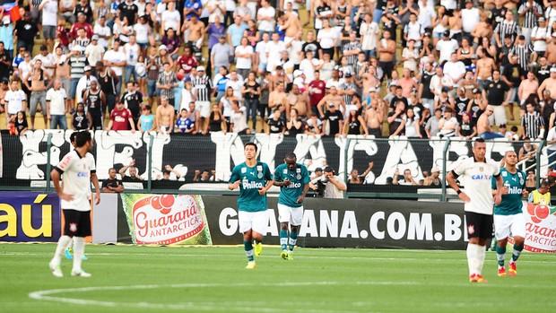 Comemoração do Goias contra o Corinthians (Foto: Marcos Ribolli)