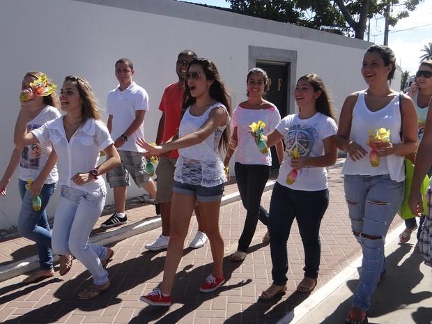 Voluntários do 'Abraço Branco' recolhem chocolates doados para distribuir para crianças carentes (Foto: Waldson Costa/G1)