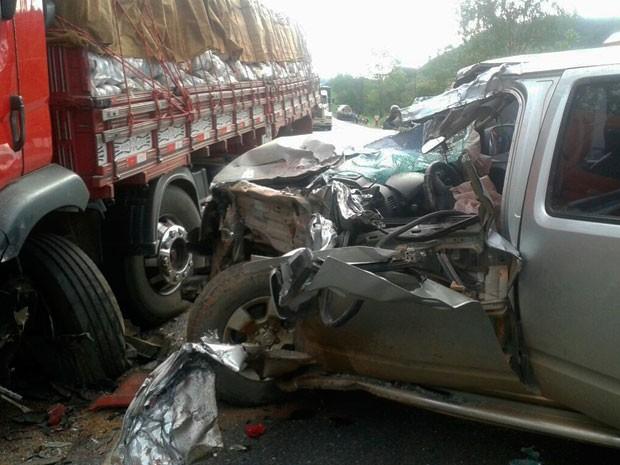 Acidente entre caminhonete e caminhão deixou veículo destruído; motorista saiu ileso (Foto: Fernandez Fernandes/Blog do Sigi Vilares)