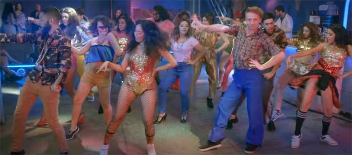 Muita coreografia e roupas coloridas marcam a pista de dança de 'Lista VIP' (Foto: Reprodução)