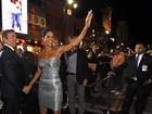 Halle Berry usa vestido tomara que caia em première de filme nos EUA