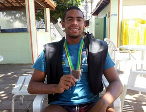 Allan do Carmo com medalha do Pan e calças utilizadas nas Olimpiadas (Foto: Raphael Carneiro)