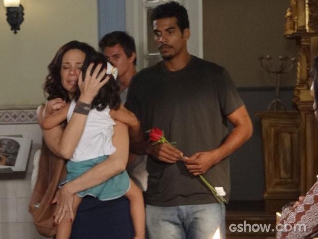Juliana aninha a menina em seus braços (Foto: Carol Caminha/TV Globo)