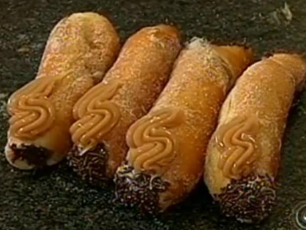 Sonho em formato de churros é uma das atrações da padaria (Foto: Reprodução/TV TEM)
