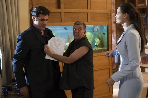 Jorge Fernando dirige Thiago Lacerda e Débora Nascimento (Foto: Divulgação/TV Globo)