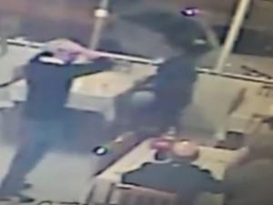 Cliente de pizzaria é baleado durante assalto em Balneário Camboriú (Foto: Reprodução/RBS TV)