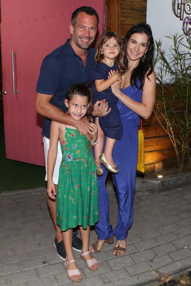Malvino Salvador e Kyra Gracie com Ayra e Sofia (Foto: Dilson Silva/AgNews)