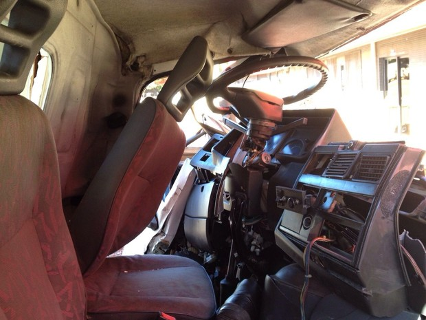 Interior da ambulância ficou praticamente destruídos depois de capotar e bater em uma árvore às margens da rodovia (Foto: Cícero Bittencourt / RPC TV)