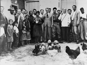 Pioneiros - Zenaide Barbosa ao lado do presidente Juscelino Kubitschek na Fazenda do Gama (Foto: Mario Fontenele/Arquivo Público do Distrito Federal)