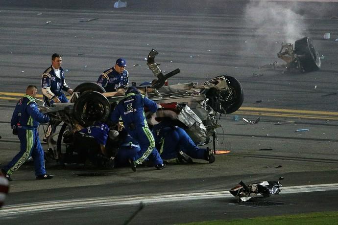 Fiscais correm para socorrer Austin Dillon. Carro do piloto ficou completamente destruído em etapa da Nascar, em Daytona (Foto: Getty Images)