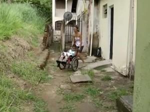 Priscila e o filho vivem com um salário mínimo (Foto: Reprodução/TV Rio Sul)