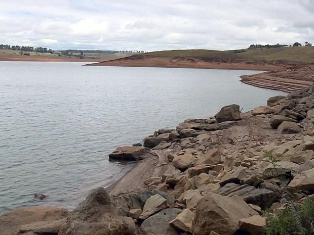 Represa de Camargos está com nível 88% mais baixo em Itutinga (Foto: Reprodução EPTV)