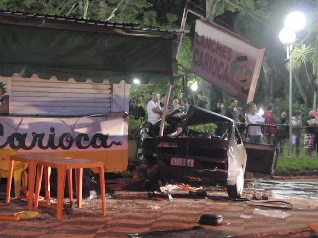 Carro invadiu a calçada e atropelou os clientes de uma lanchonete em uma praça de Indaiatuba (Foto: Reprodução/ EPTV)