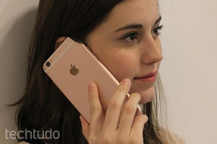 iPhone-6S-Plus-rosa-Menina-Falando (Foto: Lucas Mendes/TechTudo)