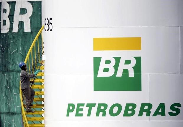 Trabalhador pinta tanque da Petrobras em Brasília (Foto: REUTERS/Ueslei Marcelino/File Photo)