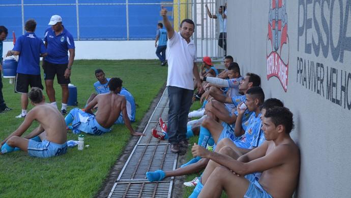 Treinador do CSP, Josivaldo Alves, orienta os seus jogadores no intervalo da partida (Foto: Amauri Aquino / GloboEsporte.com)