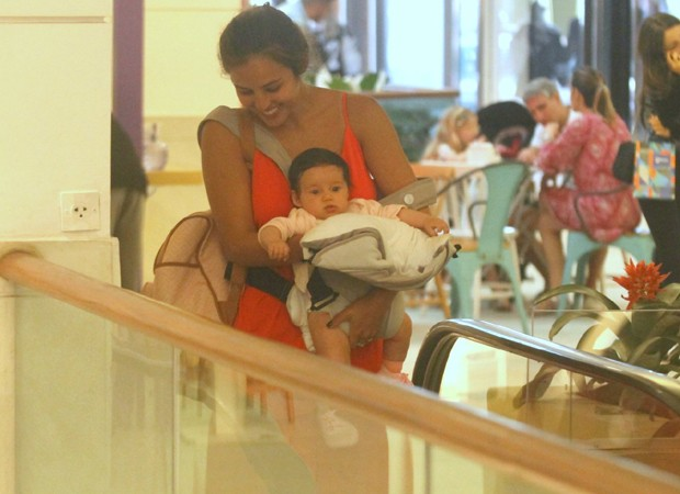 Yanna Lavigne e a filha, Madalena (Foto: Daniel Delmiro / AgNews)