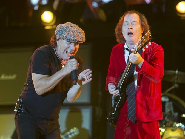 Brian Johnson e Angus Young, da banda australiana AC/DC, se apresentam no primeiro dia do festival Coachella, nos EUA (Foto: Lucy Nicholson/Reuters)