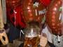 Justin Bieber bebe cerveja e evita flashes na Alemanha