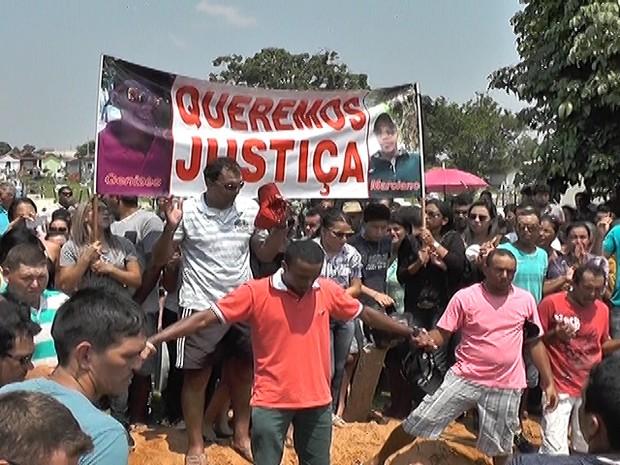 Famílias pediram justiça durante velório e enterro dos jovens (Foto: Laysson Carvalho/JNMT)