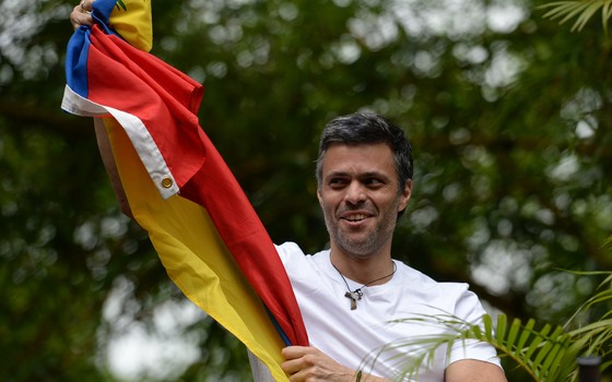 Opositor venezuelano Leopoldo López passa para prisão domiciliária