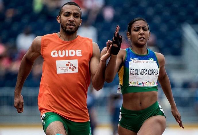 C=Descrição da imagem: Alice Corrêa e o guia Diogo Cardoso correm lado a lado e estão na final dos 100m T12 da Paralimpíada do Rio (Foto: Daniel Zappe/MPIX/CPB)