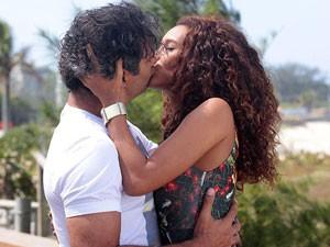 Veja só a ironia: Penha tenta terminar romance com Gilson e acaba sendo fotografada aos beijos! (Foto: Cheias de Charme / TV Globo)