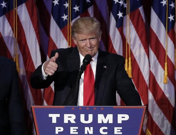 Donald Trump cumprimenta os simpatizantes durante discurso em Manhattan, Nova York (Foto: Mike Segar / Reuters)
