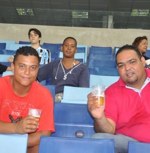 Torcedores aproveitam a liberação de venda de cerveja na Arena Pantanal. (Foto: Christian Guimarães)
