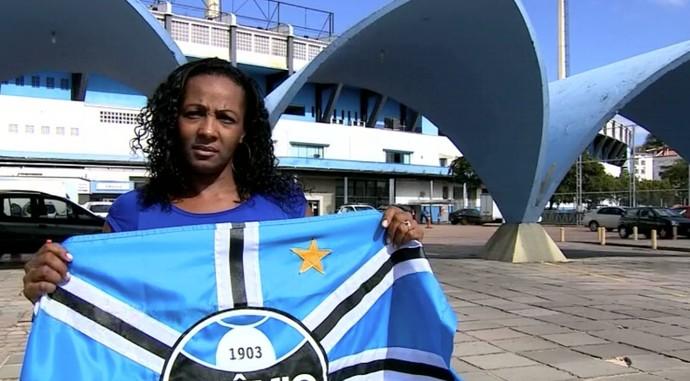 Filha de Everaldo, Denise posa com a bandeira do Grêmio no Olímpico (Foto: Reprodução/RBS TV)