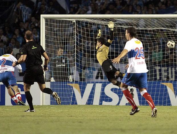 Lucas Pratto marca o segundo gol do Universida Católica no Grêmio