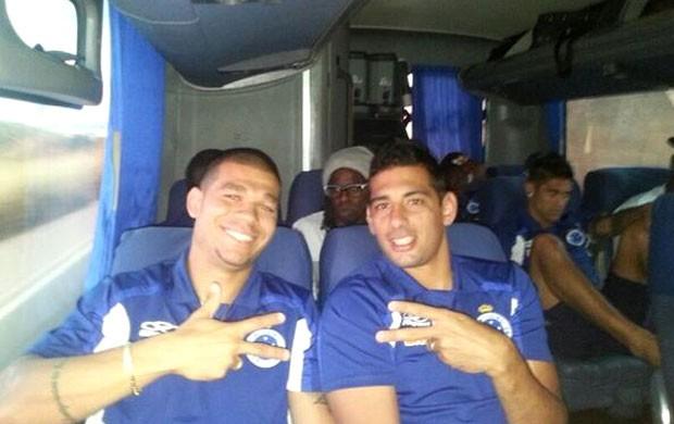 Nilton e Diego Souza no ônibus do Cruzeiro (Foto: Reprodução Twitter)